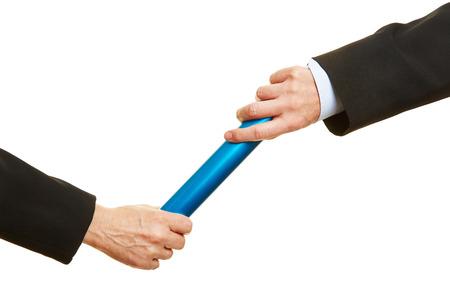 Twee handen passeren van een blauwe estafettestokje