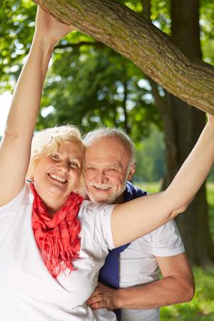 damas antiguas: Feliz pareja senior de pie juntos en un jardín de verano Foto de archivo