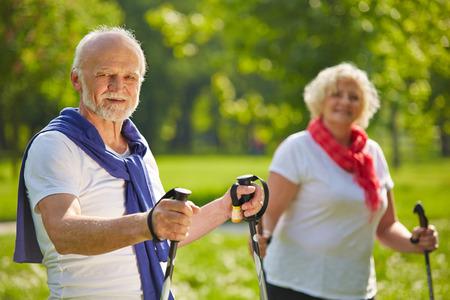 damas antiguas: Feliz pareja senior de excursión juntos en verano en la naturaleza