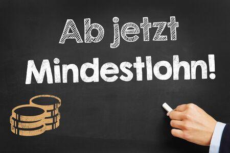 """minimum wage: La mano escribe en alem�n """"Ab jetzt Mindestlohn!"""" (Salario m�nimo ahora!) En la pizarra"""