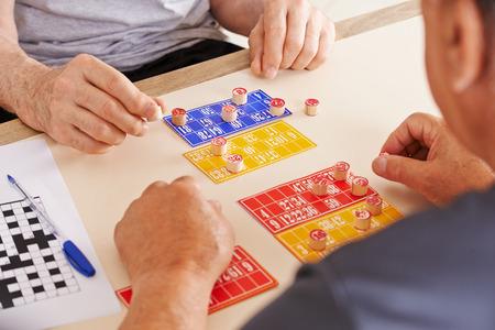 Oude mannen spelen Bingo samen in een verpleeghuis Stockfoto