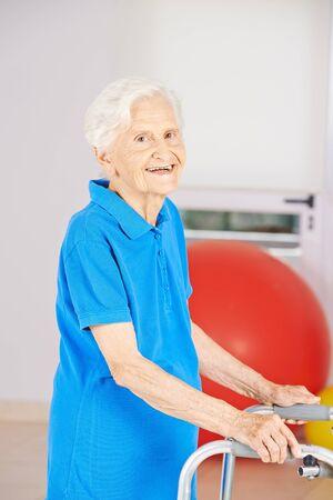 marcheur: Vieille femme senior souriant aller avec déambulateur à la physiothérapie