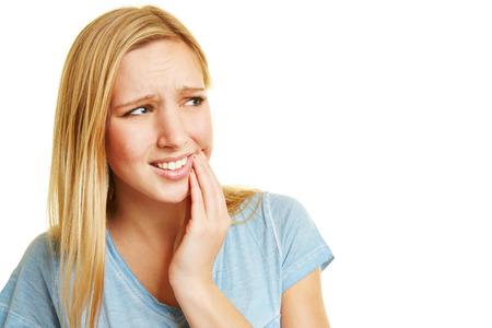 dolor de muelas: Mujer joven con dolor de muelas celebración mano a la boca Foto de archivo