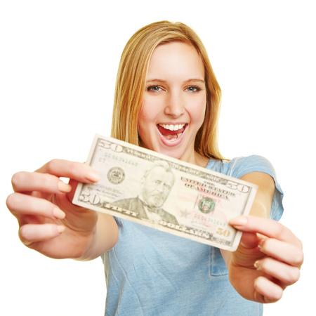 Bonne jeune femme montrant billet de 50 dollars dans ses mains