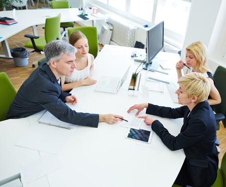 Team, das am Schreibtisch im Business-Meeting im Büro Lizenzfreie Bilder
