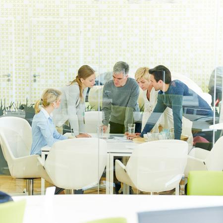 reunion de personas: Reuni�n del equipo de consultor�a en la sala de conferencias de la oficina Foto de archivo