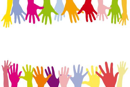 in row: Niños que sostienen muchas manos de colores en una fila como un fondo
