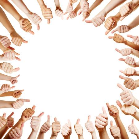 felicitaciones: Muchas manos que sostienen los pulgares para arriba como un círculo Foto de archivo