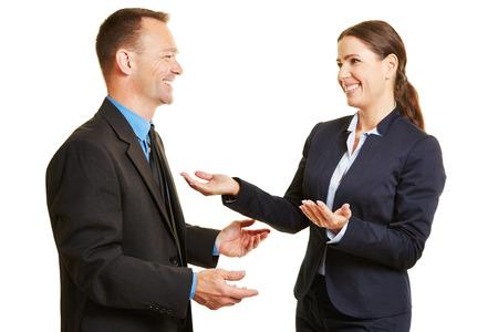 dialogo: Hombre y mujer de negocios hablando el uno al otro durante una conversación