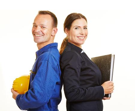 mujer trabajadora: Feliz el hombre como trabajador y la mujer como profesional de negocios apoyado espalda con espalda
