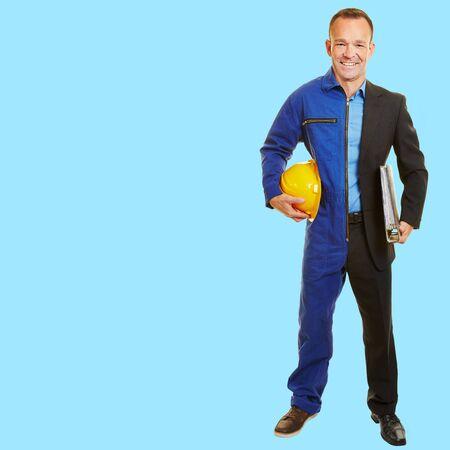 Man tussen job verandering half in werkkleding van bouwvakker en manager
