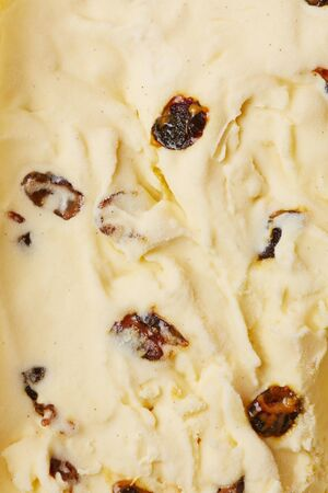 Vanilla ice cream with dried cranberries from above Banque d'images