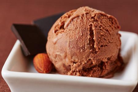 helado de chocolate: Primicia casera de helado de chocolate con almendras y chocolate