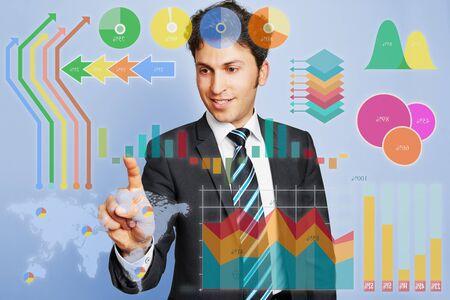 planificacion: Hombre de negocios que hace la planificación y análisis con infografía financiera