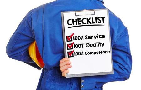 클립 보드에 품질과 서비스에 대한 체크리스트와 노동자