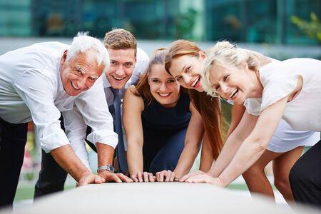 Zusammenarbeit in einem Business-Team mit glücklichen Kollegen im Freien
