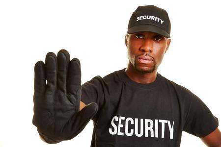 警備員彼の手との距離を保つこと 写真素材