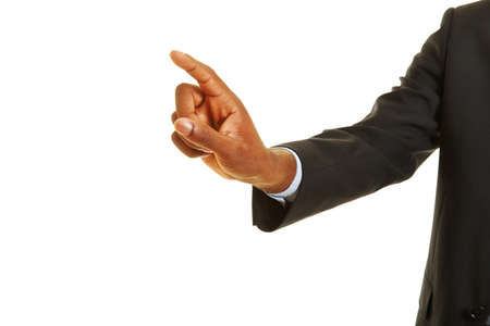 dedo indice: Mano africana que usa la pantalla táctil virtual con el dedo índice Foto de archivo