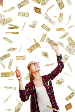 Feliz mujer afortunada captura llueven billetes de dinero en dólares