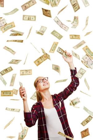 raining: Feliz mujer afortunada captura llueven billetes de dinero en dólares