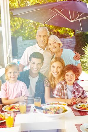 family happy: Familia vegana feliz con los abuelos en el almuerzo en verano Foto de archivo