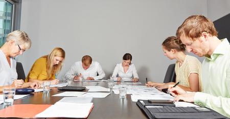 adentro y afuera: Candidatos de aplicación en el centro de evaluación de llenar formularios de prueba