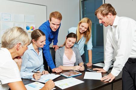 Junge Geschäftsleute, die gemeinsam als Team im Büro mit Tablet-Computer