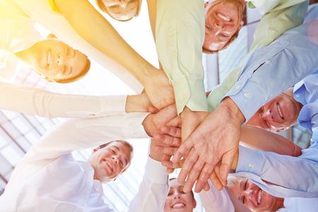 Erfolg und Teamwork in einem Business-Team mit gestapelten Händen an einem sonnigen Tag