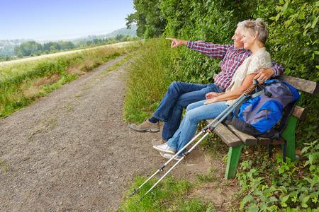 metas: Matrimonios de edad en busca de meta en la distancia mientras se est� sentado en un banco