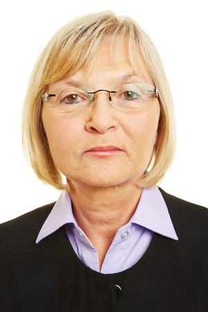 foto carnet: Cara neutral de la mujer mayor con los vidrios para biom�trica passort foto Foto de archivo