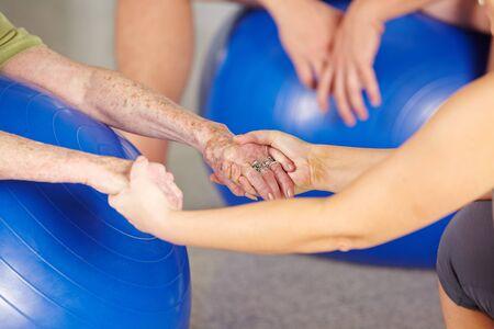 fisioterapia: Manos de una mujer mayor en el gimnasio durante la rehabilitación Foto de archivo