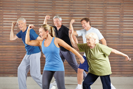 tercera edad: Las personas mayores felices de aprendizaje bailar en la clase de gimnasia