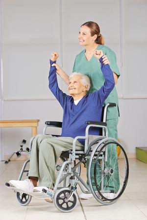 terapia ocupacional: Anciana en silla de ruedas en la fisioterapia en un hogar de ancianos