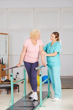 fisioterapia: Fisioterapia con ejercicio de caminar en la cinta de correr para mujer mayor