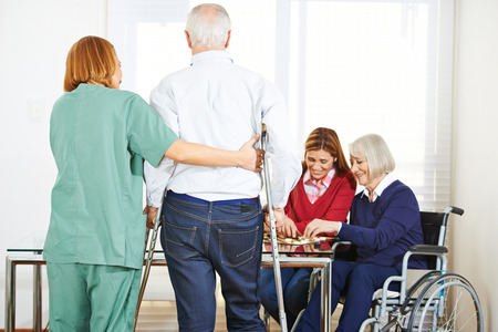 enfermeria: Gente mayor en hogar de ancianos con garegiver geriátrica Foto de archivo