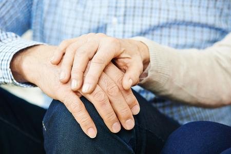 Vieux couple de personnes âgées dans l'amour tenant par la main
