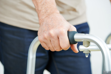 Hand van senior man op een rollator in een ziekenhuis