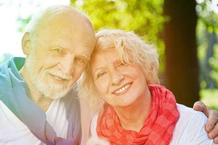 pareja abrazada: par mayor feliz sonriendo juntos en la naturaleza del verano Foto de archivo