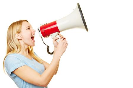 orador: Mujer rubia joven gritando en voz alta en un gran megáfono Foto de archivo