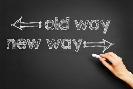 """curso de capacitacion: La mano escribe """"camino viejo, nuevo camino"""" en la pizarra"""