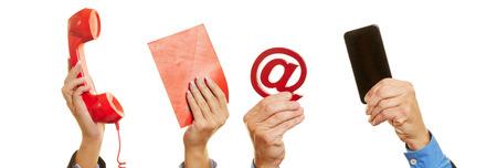 iletişim: telefon, mektup ya da akıllı telefon gibi farklı commication cihazları tutan eller Stok Fotoğraf