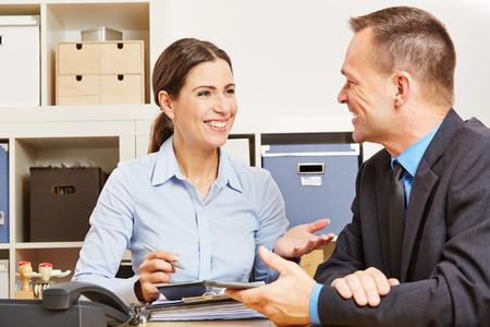negociacion: Hombre durante la charla consulta con la mujer para un nuevo seguro Foto de archivo