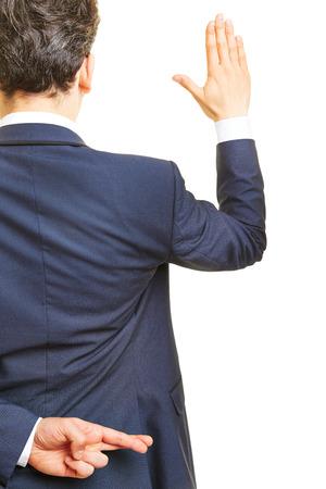 Zaakvoerder belooft een eed met gekruiste vingers achter zijn rug Stockfoto