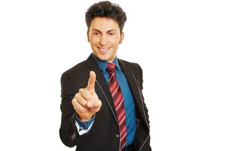 dedo indice: Sonriente hombre de negocios empujando con el dedo índice en una pantalla táctil Foto de archivo