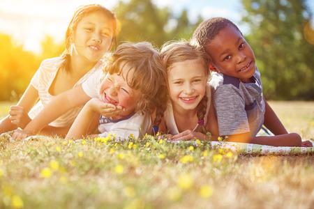 groupe Interracial d'enfants en été amusant et souriant