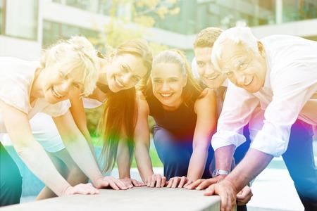 personas ayudando: Personas sonrientes felices con muchas manos juntos por el trabajo en equipo