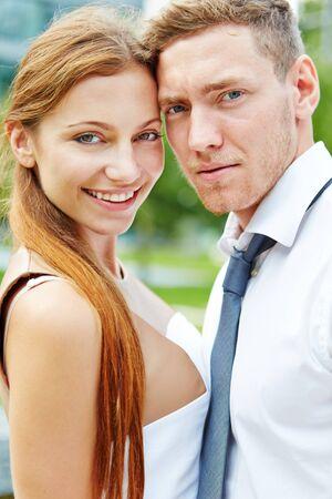 caras felices: Retrato de una joven pareja feliz y sonriente en traje de negocios Foto de archivo