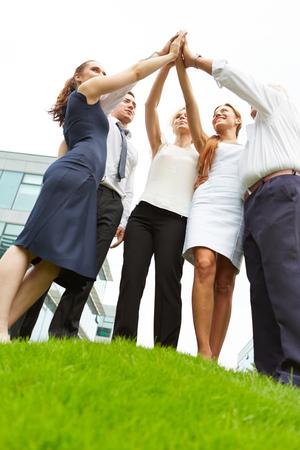 Succesvol business team doet hoog vijf voor motivatie Stockfoto