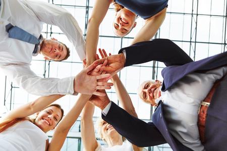 Samenwerking en teamwork in het bedrijfsleven team met vele handen gestapeld op een stapel Stockfoto