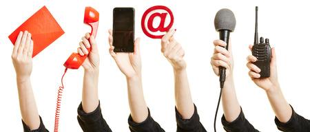 comunicación: Muchas manos que muestran diferentes formas de comunicación como el correo, teléfono o Internet